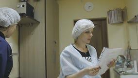Die Cosmetologyklinik weist den Kunden vor dem Verfahren an stock footage