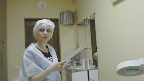 Die Cosmetologyklinik weist den Kunden vor dem Verfahren an stock video