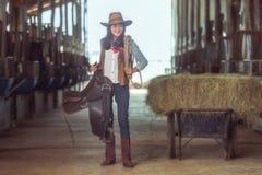Die Cowgirle, die an einem Pferd arbeiten, bewirtschaften, Sakonnakhon, Thailand ะพน Lizenzfreies Stockbild