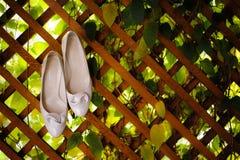 Die cremefarbenen Schuhe der Frau Stockfotografie