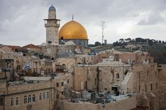 Die Dächer der alten Stadt von Jerusalem mit dem Felsendom im Hintergrund am bewölkten Tag israel lizenzfreies stockfoto