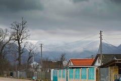 Die Dächer der Dorfhäuser in einem Gebirgstal in Krim Stockfotografie