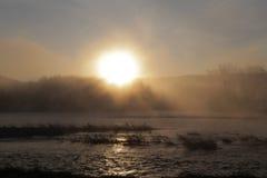 Die Dämmerung auf dem Fluss mit Nebel Lizenzfreies Stockbild