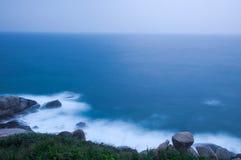 Die Dämmerung von ruhigem Ozean Stockfotos