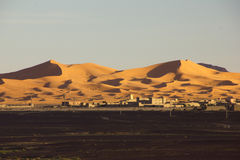 Die Dünen des Ergs Chebbi über dem Merzouga-Dorf in Marokko stockbilder