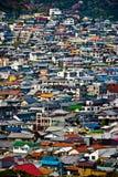 Die Dachspitzen von Wohnhäusern Stockfotos