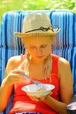 Die Dame speist in der Natur Lizenzfreie Stockfotografie