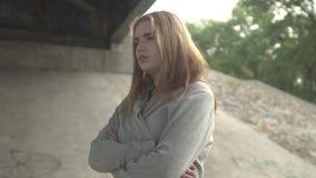Die Dame steht unter der Brücke stock video footage