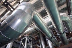 Die Dampfleitungen in Wärmekraftwerk lizenzfreies stockbild
