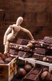 Die Darstellung Modell presentig eine Produktion und Verpacken einer Schokolade stockfoto