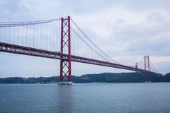 Die 25 de Abril Bridge in Lissabon Lizenzfreies Stockfoto