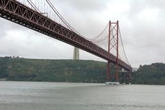 Die 25 de Abril Bridge in Lissabon, Portugal Lizenzfreie Stockfotografie