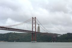 Die 25 de Abril Bridge in Lissabon, Portugal Stockfotografie