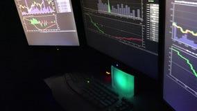 3 die de computerschermen door Hakker worden bezeten stock footage