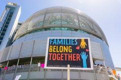 ` Die de families behoren samen `-teken voor San Jose City Hall wordt opgeheven stock fotografie