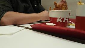 03 die december, de lunch van de Oekraïne Kiev van 2017 gebraden snack in het restaurant van KFC eten stock videobeelden