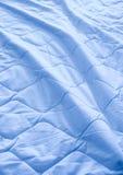 Die Decke zerknittert auf dem Bett stockfotografie
