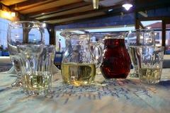 Die Dekantiergefäße des Weins und der Gläser, Nahaufnahme stockbild