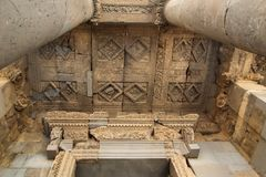 Die Dekoration über der Tür des Garni-Tempels, Armenien lizenzfreie stockfotos