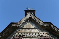 Die Dekoration des Dachs des hölzernen Gebäudes vom Anfang des 20. Jahrhunderts auf Pushkin-Straße Barnaul Stockbild