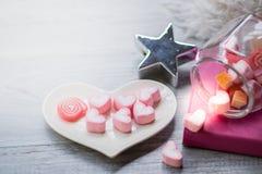 Die Dekoration des Valentinsgrußes auf der hölzernen Tabelle stockbilder