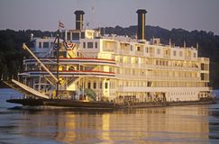 Die Delta-Königin, ein Relikt der Dampfschiffära des 19. Jahrhunderts, rollt noch unten den Fluss Mississipi Lizenzfreie Stockfotos