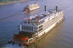 Die Delta-Königin, ein Relikt der Dampfschiffära des 19. Jahrhunderts, rollt noch unten den Fluss Mississipi Lizenzfreies Stockfoto