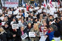 Die Demonstration des Ausschusses der Verteidigung von der Demokratie KOD für freie Medien/wolne-Medien lizenzfreie stockfotos