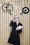Die denkende Frau, die oben auf Geld schaut, unterzeichnen herein Blasen- und Skizzenziel Geldkonzept auf Designhintergrund mit L Lizenzfreie Stockfotografie