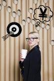 Die denkende Frau, die oben auf Geld schaut, unterzeichnen herein Blasen- und Skizzenziel Geldkonzept auf Designhintergrund mit L Stockbilder