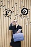 Die denkende Frau, die oben auf Geld schaut, unterzeichnen herein Blasen- und Skizzenziel Geldkonzept auf Designhintergrund mit L Stockbild