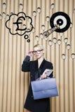 Die denkende Frau, die oben auf Geld schaut, unterzeichnen herein Blasen- und Skizzenziel Geldkonzept auf Designhintergrund mit L Stockfotografie