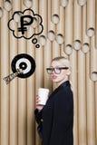 Die denkende Frau, die oben auf Geld schaut, unterzeichnen herein Blasen- und Skizzenziel Geldkonzept auf Designhintergrund mit L Lizenzfreies Stockfoto