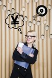 Die denkende Frau, die oben auf Geld schaut, unterzeichnen herein Blasen- und Skizzenziel Geldkonzept auf Designhintergrund mit L Lizenzfreie Stockbilder