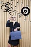 Die denkende Frau, die oben auf Geld schaut, unterzeichnen herein Blasen- und Skizzenziel Geldkonzept auf Designhintergrund mit L Lizenzfreies Stockbild