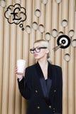 Die denkende Frau, die oben auf Geld schaut, unterzeichnen herein Blasen- und Skizzenziel Geldkonzept auf Designhintergrund mit L Stockfoto