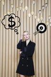 Die denkende Frau, die oben auf Geld schaut, unterzeichnen herein Blasen- und Skizzenziel Geldkonzept auf Designhintergrund mit L Lizenzfreie Stockfotos