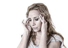 Die deprimierte Frau, die im Schmerzgesichtsausdruck hoffnungslos schaut, leiden Stockfotos