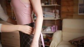 Die Designernehmenmaße, die Band messen, kleiden an, bevor sie für Mädchen herstellen stock video