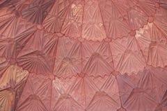 Die Details von verwickelten Carvings des Dachs innerhalb des Komplexes Qutub Minar, Delhi, Indien stockbild