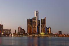Die Detroit-Skyline in der Dämmerung Lizenzfreies Stockbild