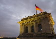 Die deutsche der Parlamentsbundestag-Gebäudeterrasse am Abend stockbild