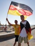 Die deutschen Fans, die Fußballweltcup aufpassen, passen auf einer gedrängten Terrasse während ihrer Feiertage in Mallorca zusamm Stockbild