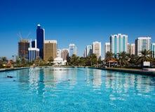Die Dhabi-Skyline denken über den Brunnen von nach Stockfotografie