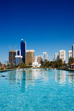 Die Dhabi-Skyline denken über den Brunnen von nach Lizenzfreies Stockfoto
