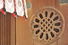 Die Dichtung auf Tür bei Meiji Jingu in Tokyo Lizenzfreie Stockbilder