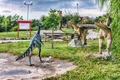 Die Dinosaurier, die innerhalb eines Dino gekennzeichnet werden, parken in Süd-Italien stockbilder