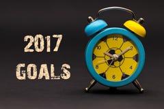 2017 die doelstellingen met wekker op zwarte document achtergrond worden geschreven Royalty-vrije Stock Foto's