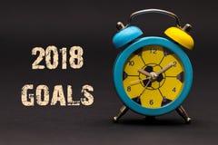 2018 die doelstellingen met wekker op zwarte document achtergrond worden geschreven Stock Afbeeldingen