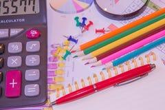 Die Dokumente malten bunte Grafiken Grafiken Taschenrechner, Vergrößerungsglas Lizenzfreies Stockbild